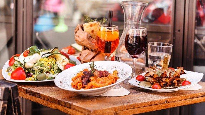 Teller mit Essen auf einem Tisch.