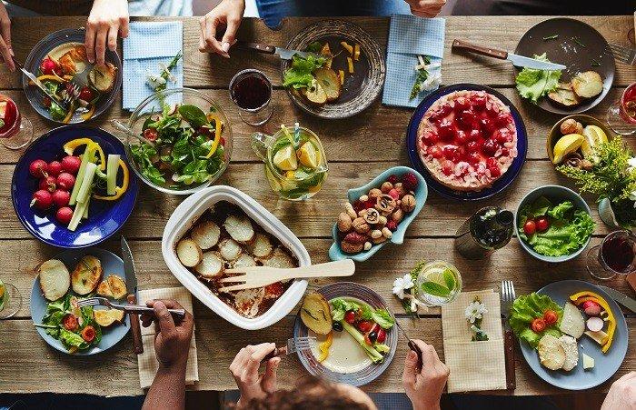 verschiedene Speiseteller mit leckeren Gerichten.