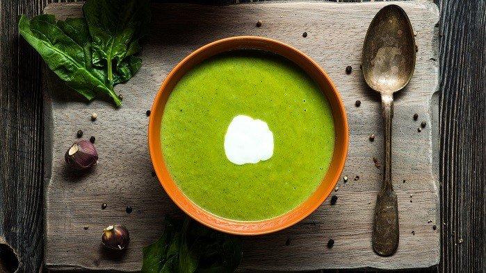Suppenteller und Spinatsuppe.